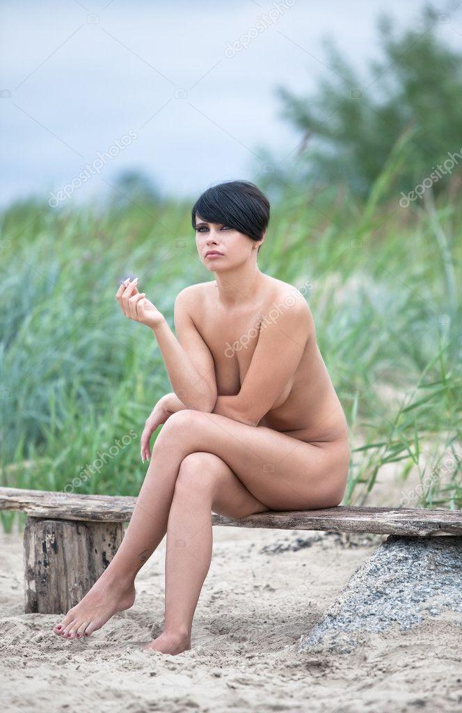 Naken ung kvinna