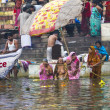 Hindu wash themselves in the river Ganga in the holy cit — Stockfoto