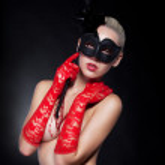 Masquerade - ziemlich maskierte Mädchen Blondine im roten Handschuhe und schwarze Maske — Stockfoto